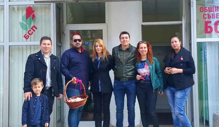 Младите социалисти от БСП-Сливен поздравяват дамите със стихотворения на известни български поети